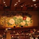 緑公会堂緞帳:牡丹と鉄仙花